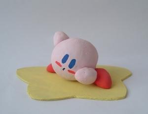 Es importante dar una base blanca de pintura si la figura es opaca y por lo menos dos capas de pintura para un color uniforme, de lo contrario queda así