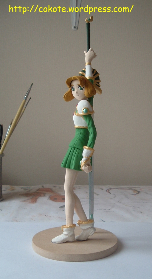 Pegué la espada a la base y a la mano. Dejé secar para luego pintar lo que queda.